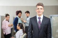 Encargado confiado With Employees Discussing adentro Imagen de archivo