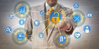 Encargado de información de la salud Accessing Data Network imagen de archivo