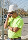 Encargado de la construcción en el teléfono fotos de archivo