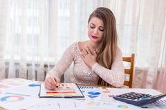 encargado de la mujer sorprendido por los gráficos financieros imagenes de archivo
