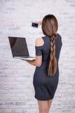 Encargado de pelo largo de sexo femenino con el cuaderno que hace el selfie por elegante Fotos de archivo libres de regalías