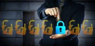 Encargado de seguridad cibernético de sexo masculino Selecting Closed Lock Fotos de archivo