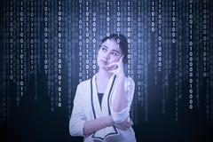 Encargado de sexo femenino con código binario Fotografía de archivo