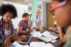 Encargado de sexo femenino Leading Brainstorming Meeting en oficina imagen de archivo
