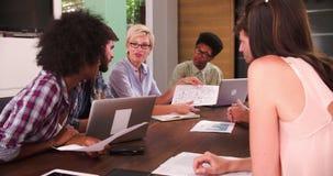 Encargado de sexo femenino Leading Creative Meeting en la sala de reunión almacen de metraje de vídeo
