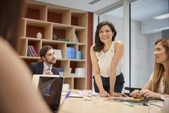 Encargado de sexo femenino que se levanta en la reunión de la sala de reunión, cierre fotografía de archivo libre de regalías