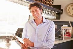 Encargado de sexo masculino del restaurante que sostiene el tablero, retrato Imágenes de archivo libres de regalías