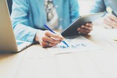 Encargado de ventas de la foto Working Modern Office Tableta genérica del diseño del uso de la mujer, llevando a cabo la mano del Imagenes de archivo