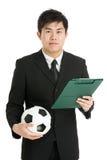 Encargado del fútbol con el balón de fútbol y tablero tactcial Fotos de archivo libres de regalías