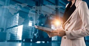 Encargado del hombre de negocios que usa mercancías en línea de los órdenes del control del ordenador portátil por todo el mundo ilustración del vector
