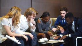 Encargado Discussing Figures With su equipo profesional Multi-étnico almacen de video