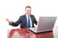 Encargado ejecutivo acertado que hace gesto que da la bienvenida Imagenes de archivo