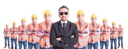 Encargado ejecutivo con el equipo de constructores detrás Foto de archivo