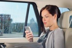 Encargado ejecutivo de la mujer que se sienta en coche la llamada Foto de archivo libre de regalías