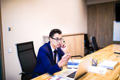 Encargado experto de sexo masculino que tiene conversación del teléfono móvil con el cliente durante día del trabajo imagenes de archivo
