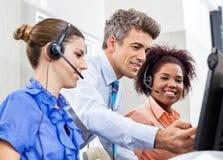 Encargado Explaining To Employees en centro de atención telefónica Imágenes de archivo libres de regalías
