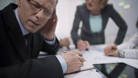 Encargado infeliz que evita el contacto visual con el jefe enfadado de la mujer, tensión de trabajo