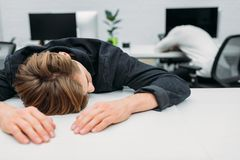 encargado joven con exceso de trabajo que duerme en trabajo Fotos de archivo