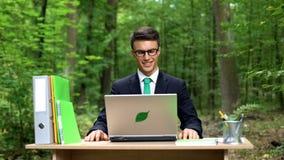 Encargado joven creativo que trabaja en proyecto en el parque hermoso, oficina en naturaleza imágenes de archivo libres de regalías