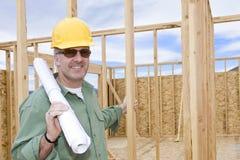 Encargado maduro sonriente de la construcción