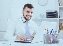 Encargado positivo del hombre que trabaja eficazmente en oficina imagen de archivo libre de regalías