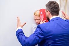 Encargado que pone su mano en el hombro de su secretaria, en la oficina Movimiento social imitaci?n Enojado en el colega fotos de archivo
