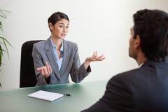 Encargado que se entrevista con a un empleado Fotografía de archivo