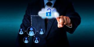 Encargado Unlocking Access To un trabajo Team Via Cloud Imagenes de archivo
