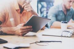 Encargados comerciales de las finanzas que trabajan el desván moderno del diseño interior del ordenador portátil de madera de la  fotos de archivo libres de regalías