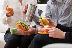 Encargados que comen la comida junto imágenes de archivo libres de regalías