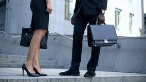 Encargados que hablan cerca de oficina, de la opinión sobre los zapatos de cuero y del estilo del negocio de la cartera fotos de archivo