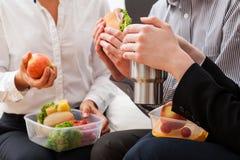 Encargados que sientan y que comen el almuerzo fotografía de archivo libre de regalías