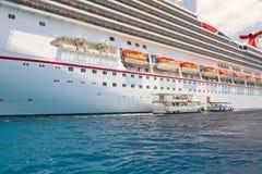Encarregados do barco que transportam o passageiro Fotos de Stock Royalty Free