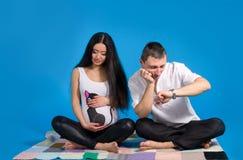 Enceinte parent-dans l'anticipation de l'enfant Photographie stock libre de droits