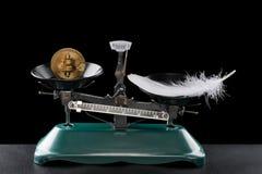 Encendedor de Bitcoin que una pluma en negro Fotos de archivo libres de regalías