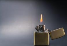 Encendedor del estilo del oro del vintage con cierre de la llama para arriba foto de archivo libre de regalías