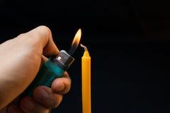 Encendedor a disposición y aislante de la vela en fondo negro Imagen de archivo libre de regalías