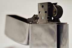 Encendedor hecho del acero en forma abierta Color plata fotos de archivo libres de regalías