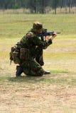 Encender un rifle en el rango Imágenes de archivo libres de regalías