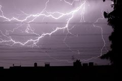 Encendiéndose sobre ciudad, tempestad de truenos, electricidad imágenes de archivo libres de regalías