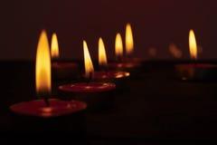 Encendió muchas velas en un fondo oscuro Fotos de archivo libres de regalías