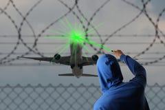 Encendiendo el aeroplano cegado con un Laserpointer Imagen de archivo libre de regalías