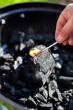 Encendiendo un matchstick, combustión nuclear un carbón fotos de archivo libres de regalías