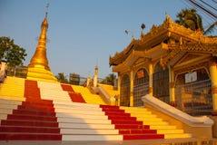 Encene e o stupa dourado do pagode Mawlamyine, Myanmar burma Imagem de Stock Royalty Free