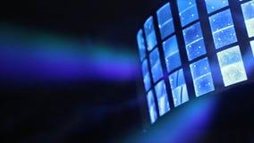Encene luzes luz-música Diversos projetores na obscuridade Greve roxa do projetor com a escuridão vintage do brilho foto de stock royalty free