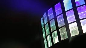 Encene luzes luz-música Diversos projetores na obscuridade Greve roxa do projetor com a escuridão vintage do brilho fotos de stock