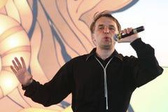 Encene o desempenho do feiticeiro de assobiar Aleksandr Barmin imagens de stock royalty free