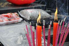 Encens chinois et bougie rouge Images stock