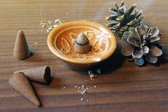 Encens de cône d'arome sur un fond en bois Photo stock