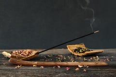 Encens de tabagisme sur le fond en bois photo libre de droits
